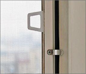 поворотные крючки на которые крепится москитная сетка с внутренней стороны окна